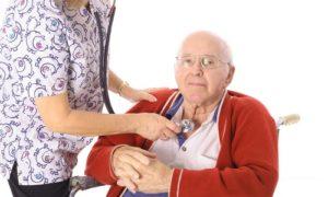 врач прослушивает пожилого человека