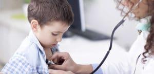 врач прослушивает легкие ребенка