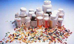 таблетки и баночки с таблетками
