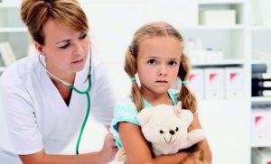 врач прослушивает ребенка фонендоскопом