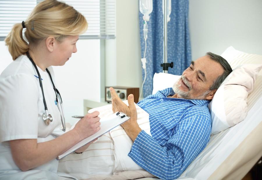 Пожилых людей с инфекционной пневмонией необходимо наблюдать в условиях стационара