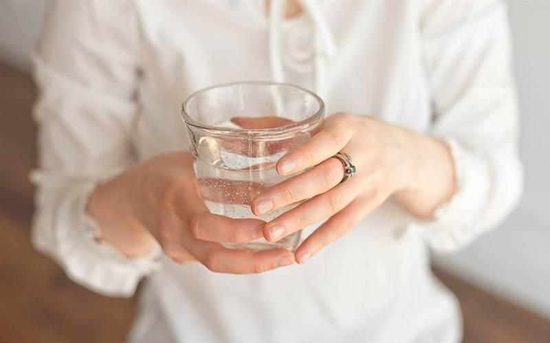 Как определить влажность воздуха в комнате с помощью обычного стакана с водой