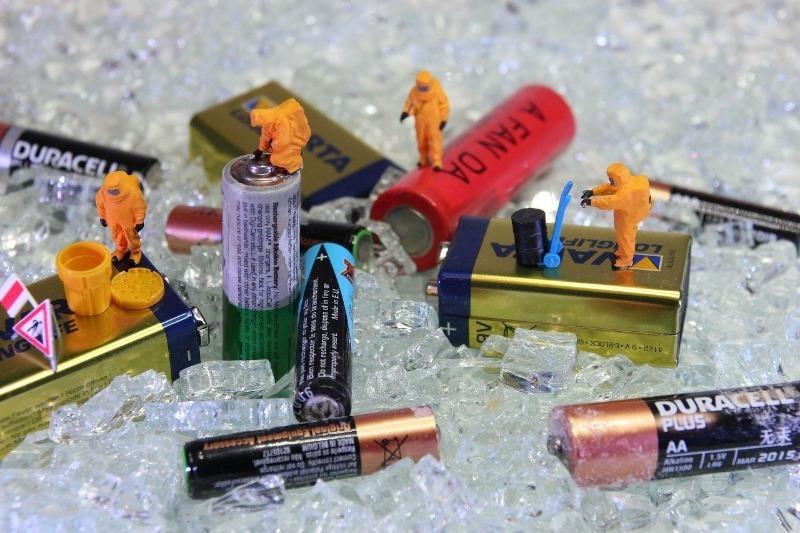 Хранить опасно: какие вредные вещества выделяют старые батарейки