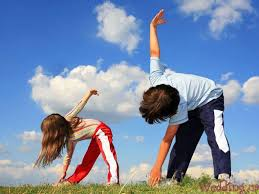мальчик с девочкой делают зарядку