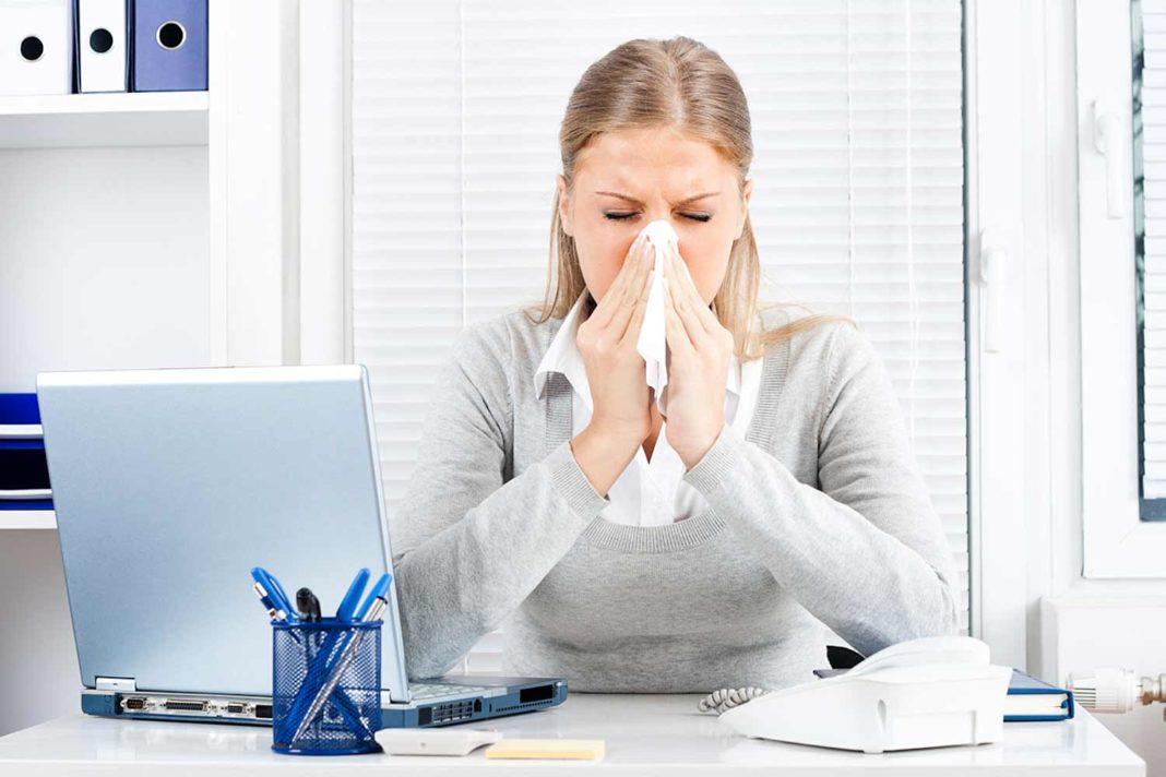 На работу с градусником: узнайте сколько людей предпочитают болеть на рабочем месте